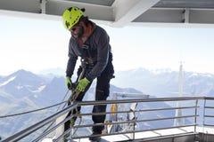 COURMAYEUR ITALIEN - JULI 29, 2016: Ung alpinist som öva, innan att cllimbing monteringen Blanc Royaltyfri Foto