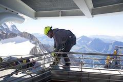 COURMAYEUR ITALIEN - JULI 29, 2016: Ung alpinist som öva, innan att cllimbing monteringen Blanc Royaltyfria Foton