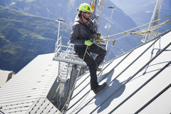COURMAYEUR ITALIEN - JULI 29, 2016: Ung alpinist som öva, innan att cllimbing monteringen Blanc Royaltyfri Fotografi