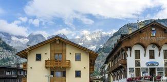 Courmayeur Mont Blanc Mutter mit zwei Töchtern stockbilder