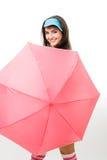 Couro cru feliz da mulher atrás do guarda-chuva cor-de-rosa Fotografia de Stock Royalty Free