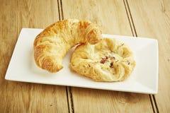 Couronne de croissant et de crème anglaise Image libre de droits