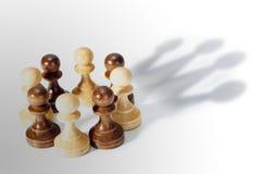 Couronne de gage d'échecs Direction d'affaires, puissance de travail d'équipe et concept de confiance Photo stock