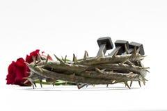Couronne de Jesus Christ des épines, des clous et de deux roses Photo stock