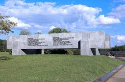 Couronne de mémoire au-dessus de la tombe de masse dans le Khatyn complexe commémoratif images libres de droits