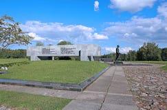Couronne de mémoire au-dessus de la tombe de masse dans le Khatyn complexe commémoratif image stock