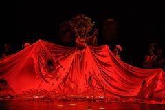 Couronne de Phoenix et robes longues de grade-grand  de show†de scénarios d'échelle le  de legend†de route Photos libres de droits