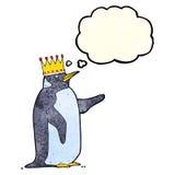couronne de port de pingouin de bande dessinée avec la bulle de pensée Images stock