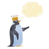 couronne de port de pingouin de bande dessinée avec la bulle de pensée Photographie stock libre de droits