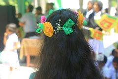 Couronne de port de fleur de fille d'école photos stock