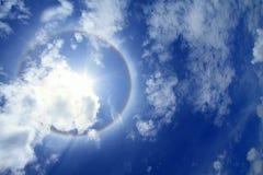 Couronne de Sun sur le ciel bleu avec des nuages Images libres de droits