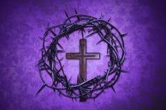 Couronne des épines avec la croix sur un fond pourpre Images stock