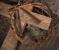 Couronne des épines et de la croix en bois Photo stock