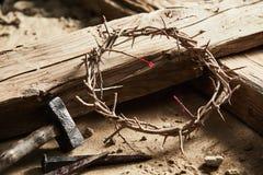 Couronne des épines parmi la croix, marteau avec des clous