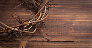 Couronne des épines sur un fond en bois - Pâques Photos stock
