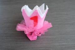Couronne rose fabriquée à la main sur un fond en bois images libres de droits