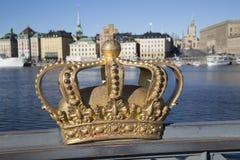 Couronne royale sur le pont de Skeppsholm avec la vieille ville à l'arrière-plan ; St Photos libres de droits