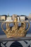 Couronne royale sur le pont de Skeppsholm avec la vieille ville derrière ; Stockholm Photo stock