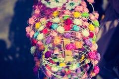 couronnes colorées à vendre effectué de fausses fleurs images libres de droits