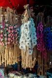 couronnes colorées à vendre effectué de fausses fleurs photo stock