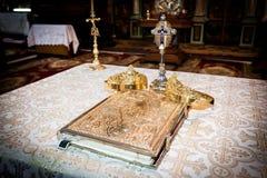 Couronnes et bible de mariage Images libres de droits