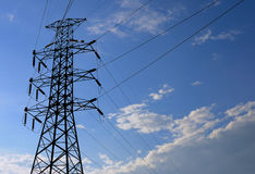 Courrier à haute tension électrique avec le fond de ciel Image libre de droits