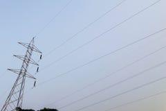 Courrier à haute tension électrique avec le fond de ciel - haute tension PO Images libres de droits