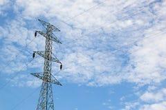 Courrier à haute tension, tour à haute tension au ciel bleu et dos de nuage Photos stock