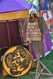 Courrier, armure de plat, casque et boucliers image stock