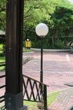 Courrier arrondi de lampe au parc local image libre de droits