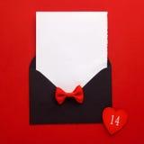 Courrier, coeur et ruban d'enveloppe sur le fond rouge Concept de salutation de Valentine Day Card, d'amour ou de mariage Vue sup Image libre de droits