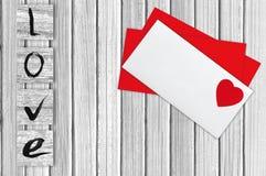 Courrier d'enveloppe, au-dessus du fond en bois blanc Jour de Valentine Image stock