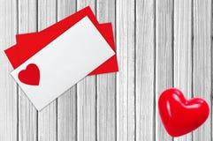 Courrier d'enveloppe, au-dessus du fond en bois blanc Jour de Valentine Images stock