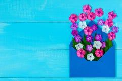 Courrier d'enveloppe, couverture bleue avec beaucoup de petites fleurs sur le fond en bois Salutation de Valentine Day Card, d'am Image stock