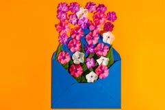 Courrier d'enveloppe, couverture bleue avec beaucoup de petites fleurs sur le fond orange Salutation de Valentine Day Card, d'amo Photo libre de droits