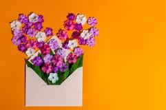 Courrier d'enveloppe, couverture bleue avec beaucoup de petites fleurs sur le fond orange Salutation de Valentine Day Card, d'amo Photographie stock libre de droits