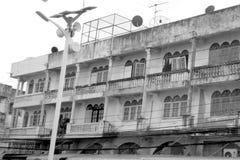 Courrier de l'électricité et vieux bâtiment Image stock