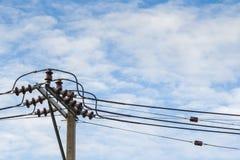 Courrier de l'électricité sur le ciel bleu Image libre de droits