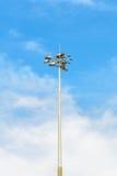 Courrier de lampe de l'électricité sur le ciel bleu Images stock