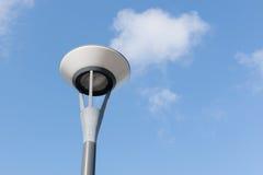 Courrier de lampe et nuages pelucheux en ciel bleu Image libre de droits