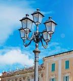 Courrier et ciel de lampe Photographie stock libre de droits