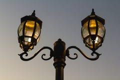 Courrier de lampe sur la route de rue Photographie stock libre de droits