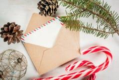 Courrier de Noël, enveloppes avec des lettres et décorations Images libres de droits