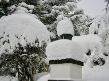 Courrier de porte couvert par neige photographie stock libre de droits