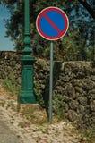 Courrier de poteau de signalisation de STATIONNEMENT INTERDIT ? la voie d'acc?s de Monsanto photographie stock libre de droits