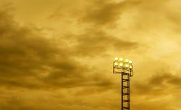 Courrier de projecteur et ciel nuageux de tempête Images libres de droits