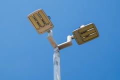 Courrier de réverbères de LED sur le ciel bleu Photographie stock libre de droits