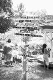 Courrier de signal de direction au débouché tropical de macadamia de fermes photographie stock