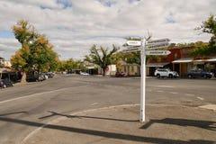 Courrier de signe dans la rue principale de Maldon, Victoria, Australie photos stock
