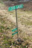 Courrier de signe de marqueur de mesure d'inondation dans la zone d'inondation Photos stock
